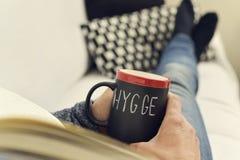 Hygge, palabra danesa para la comodidad o goza imágenes de archivo libres de regalías