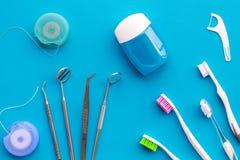 Hygiène buccale quotidienne pour la famille Instruments de brosse à dents, de fil dentaire et de dentiste sur la vue supérieure d images stock