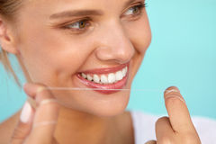 Hygiène dentaire Belle femme Flossing les dents blanches saines photographie stock