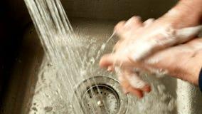 Hygiène Plan rapproché d'un homme nettoyant ses mains en les lavant avec de l'eau le savon et banque de vidéos