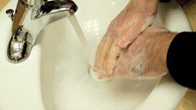 Hygiëne Close-up van een mens die zijn handen schoonmaken door hen met zeep en water te wassen stock footage