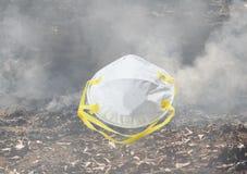 Hygiënisch masker voor beschermingsneus en mond op rookachtergrond stock afbeelding