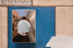 Hygiënisch zakautomaat en toiletpapier op tegels royalty-vrije stock fotografie