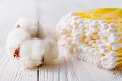 Hygiënische beschikbare product kosmetische stootkussens en katoenen die bloem op witte achtergrond wordt geïsoleerd stock fotografie