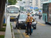 Hygienearbeitskräfte im Abbau des Straßenrands säubert Stockbilder