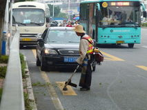 Hygienearbeitskräfte im Abbau des Straßenrands säubert Lizenzfreie Stockfotos