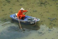 Hygienearbeitskräfte räumen den Abfall im Fluss auf Lizenzfreie Stockbilder