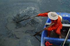 Hygienearbeitskräfte räumen den Abfall im Fluss auf Stockbild