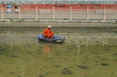 Hygienearbeitskräfte räumen den Abfall im Fluss auf Stockfotografie