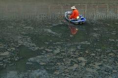 Hygienearbeitskräfte räumen den Abfall im Fluss auf Stockfotos