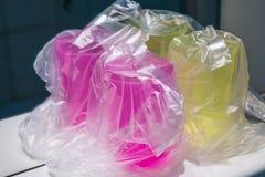 Hygienisch eingewickelte Plastikgläser lizenzfreie stockbilder