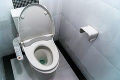 Hygieniskt och tekniskt avancerat av toalettbunken royaltyfria foton