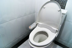 Hygieniskt och tekniskt avancerat av toalettbunken arkivfoton