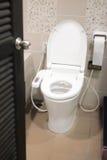 Hygieniskt och tekniskt avancerat av toalettbunken arkivbilder