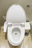 Hygieniskt och tekniskt avancerat av toalettbunken royaltyfri fotografi