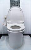 Hygieniskt och tekniskt avancerat av toalettbunken, automatisk spolning royaltyfria bilder