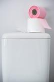 Hygieniskt papper på den vita toalettbehållaren fotografering för bildbyråer