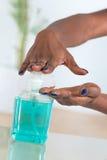 Hygiens概念使用手消毒剂的非洲妇女的手 库存照片