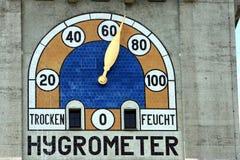 Hygrometer auf einer Gebäudefassade Stockbild