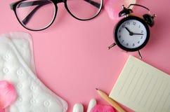 Hyhienic Auflagen und Tampons des Zyklus der Frauen auf rosa Hintergrund Kopieren Sie Platz lizenzfreie stockfotos
