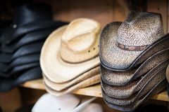 Hylla av cowboyen Hats Arkivfoton