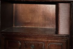 Hylla av den forntida nattduksbordet med en gammal bok royaltyfri fotografi
