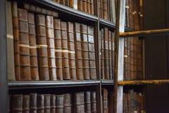 Hylla av gamla böcker i arkiv Arkivfoto