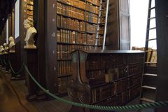 Hylla av gamla böcker i arkiv Royaltyfri Foto