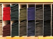 Hylla av mång- färgsockor i modernt klädlager Royaltyfri Fotografi