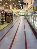 Hylla för skärm för vin för livsmedelsbutikshopping längs gången och frysen Royaltyfria Foton