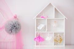 Hylla för Wood hus för barn royaltyfri foto