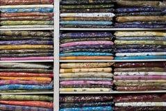 Hylla med färgrik kläder arkivfoto