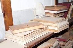 Hylla med gamla böcker arkivfoto