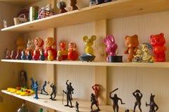 Hylla med många kulöra leksaker Royaltyfri Foto
