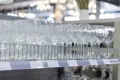Hylla med många vinexponeringsglas fotografering för bildbyråer