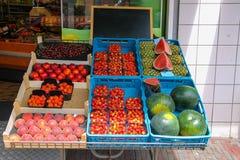 Hylla med nya frukter i greengrocerylager i Zandvoort, Arkivfoto