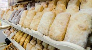 Hylla med nytt bröd Royaltyfri Foto