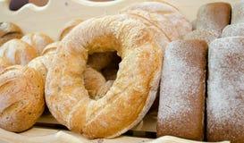 Hylla med nytt bröd Royaltyfria Foton