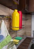 Hylla med rengöringsmedel i köket Royaltyfria Foton