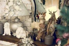 Hylla med spegellampstearinljus, änglar arkivbild