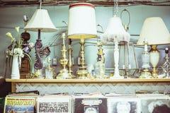 Hylla mycket av antika lampor Arkivbild