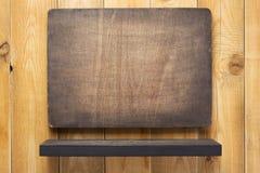 hylla och träväggbakgrundstextur arkivfoto