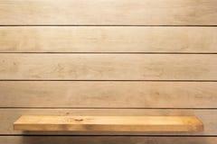 hylla och träväggbakgrundstextur arkivbilder