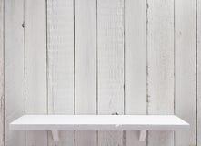 hylla på träbakgrundsväggen arkivbilder