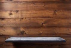 hylla på träbakgrundsväggen arkivfoto