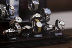 Hyllan med klockor från en klocka shoppar Fotografering för Bildbyråer
