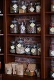 Hyllor av kryddor Arkivbilder