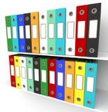 Hyllor av mappar för att få kontoret organiserat arkivfoto