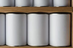 Hyllor av Unbranded Tin Cans med tomma vita etiketter Royaltyfri Fotografi