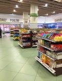 Hyllor för skärm för mat för livsmedelsbutikshopping på supermarket Royaltyfri Fotografi